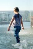 Mädchen unter Wasser Stockbild