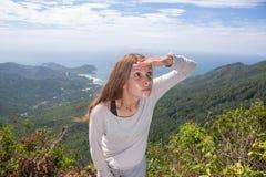 Mädchen untersucht den Abstand, Tätigkeit im Freien Stockfotografie