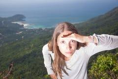 Mädchen untersucht den Abstand, Tätigkeit im Freien Stockfotos