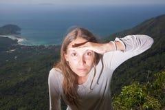 Mädchen untersucht den Abstand, Tätigkeit im Freien Stockbilder