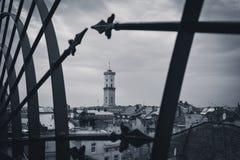 Mädchen versteckt sich im Hemd eines Mannes Ansicht der Kirchenhalle vom Dach Stockbilder