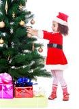 Mädchen verziert den Weihnachtsbaum Lizenzfreie Stockfotos