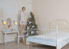 Mädchen verziert den Weihnachtsbaum Lizenzfreies Stockfoto