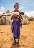 Mädchen vom afrikanischen Stamm Dasanesh, das eine Ziege hält Lizenzfreie Stockfotos