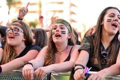 Mädchen vom Publikum vor dem Stadium, jubelnd auf ihren Idolen zu Stockfoto