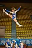 Mädchen von Cheerleaderteam Stau führt durch Stockfoto