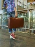 Mädchen von der Rückseite Leerer Gatterschreibtisch Retro- Koffer der Weinlese Co Lizenzfreie Stockfotos
