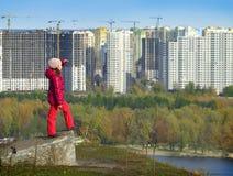 Mädchen von der Spitze betrachtet die Stadt von Kiew stockfotografie