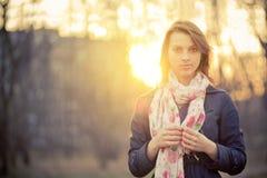 Mädchen in von hinten beleuchtetem am Sonnenuntergang Stockfotografie