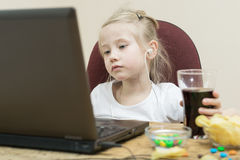 Mädchen vor Bildschirm Stockfotografie