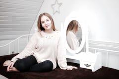 Mädchen vor einem Spiegel Stockbilder