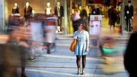 Mädchen vor Einkaufszentrum, timelapse, 4K stock video