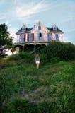 Mädchen vor verlassenem Haus Stockbild