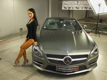 Mädchen-vorbildliche Mercedes-Benz Car-Automobilausstellung lizenzfreie stockbilder