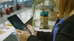 Mädchen wählt die Tablette im Baumarkt vor stock video