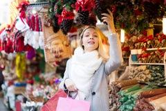 Mädchen wählt zum Feiertagsdekor Lizenzfreies Stockfoto