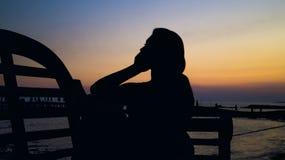 Mädchen während des Sonnenuntergangs Lizenzfreie Stockbilder