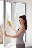 Mädchen wäscht ein Fenster Stockfotografie