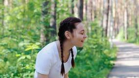 Mädchen wässerte sich mit Wasser von einer Flasche stock video footage