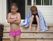 Mädchen wütend am Jungen lizenzfreies stockfoto
