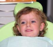 Mädchen waitin für zahnmedizinische Prüfung Lizenzfreies Stockfoto