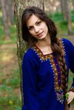 Mädchen am Wald Lizenzfreie Stockfotografie