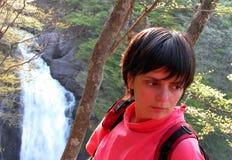 Mädchen, Wald und Wasserfall Stockfotografie