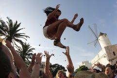Mädchen warf in der Luft während Feiern Johannes im ciutadella lizenzfreie stockfotos