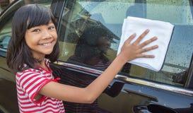 Mädchen-waschendes Auto III Stockbild