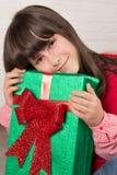 Mädchen am Weihnachten mit Geschenkboxen Stockbild
