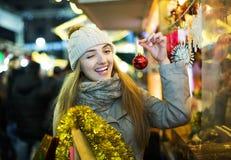 Mädchen an Weihnachtsmarkt Lizenzfreies Stockfoto