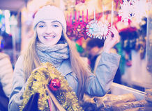 Mädchen an Weihnachtsmarkt Lizenzfreie Stockbilder