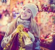 Mädchen an Weihnachtsmarkt Lizenzfreie Stockfotos