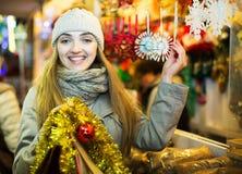 Mädchen an Weihnachtsmarkt Stockbild