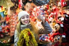 Mädchen an Weihnachtsmarkt Lizenzfreies Stockbild