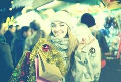 Mädchen an Weihnachtsmarkt Stockfoto
