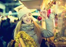 Mädchen an Weihnachtsmarkt Stockbilder