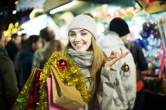 Mädchen an Weihnachtsmarkt Lizenzfreie Stockfotografie