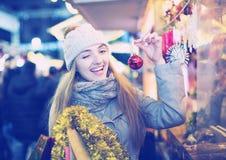 Mädchen an Weihnachtsmarkt Stockfotos
