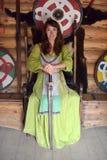 Mädchen in Weinlesewikinger-Kleidung mit einer Klinge lizenzfreie stockfotos