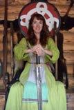 Mädchen in Weinlesewikinger-Kleidung mit einer Klinge stockbilder