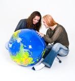 Mädchen, welche die Erde studieren Stockfotos