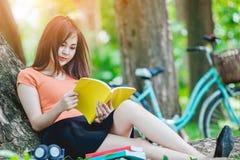 Mädchen, welches das Buch liest Lizenzfreies Stockbild