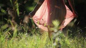 Mädchen, welches das helle Sommer-Kleid geht in trägt stock video