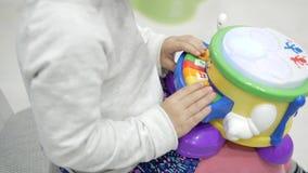 Mädchen, welches das Klavier der Kinder spielt stock video footage