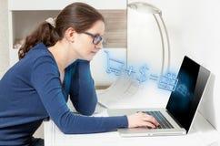 Mädchen, welches das on-line-Einkaufen tut. Ikonen des Einkaufens fließend vom Schirm Stockbild