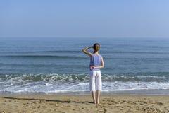 Mädchen, welches das Meer betrachtet lizenzfreies stockfoto