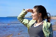 Mädchen, welches das Meer betrachtet lizenzfreies stockbild