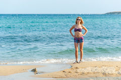 Mädchen, welches das Meer genießt lizenzfreies stockfoto