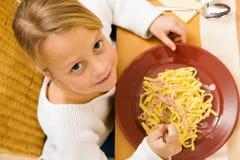 Mädchen, welches das Mittagessen oder Abendessen isst Lizenzfreie Stockbilder